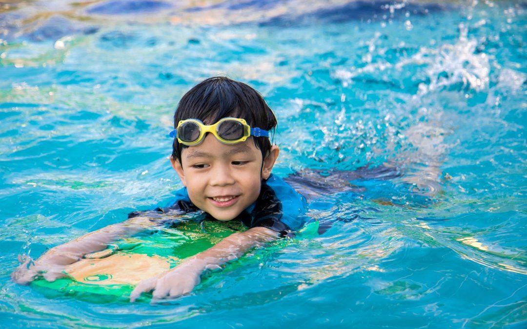 Kinder: Schwimmen lernen mit oder ohne Schwimmbrille?
